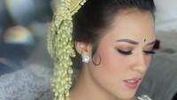 Raisa tampil dengan makeup natural saat menikah dengan Hamish Daud, 3 September 2017. Meski banyak netizen menyebutnya tak manglingi, penyanyi itu tetap terlihat memukau dan sangat cantik. Foto: Dok. Instagram