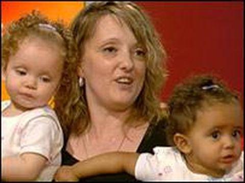 Anak kembar beda warna kulit/