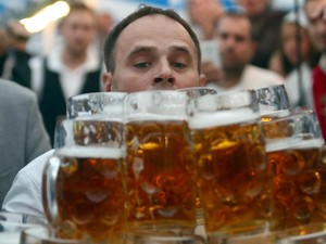 Angkut 27 Liter Bir, Pria Jerman Ini Pecahkan Rekor Dunia