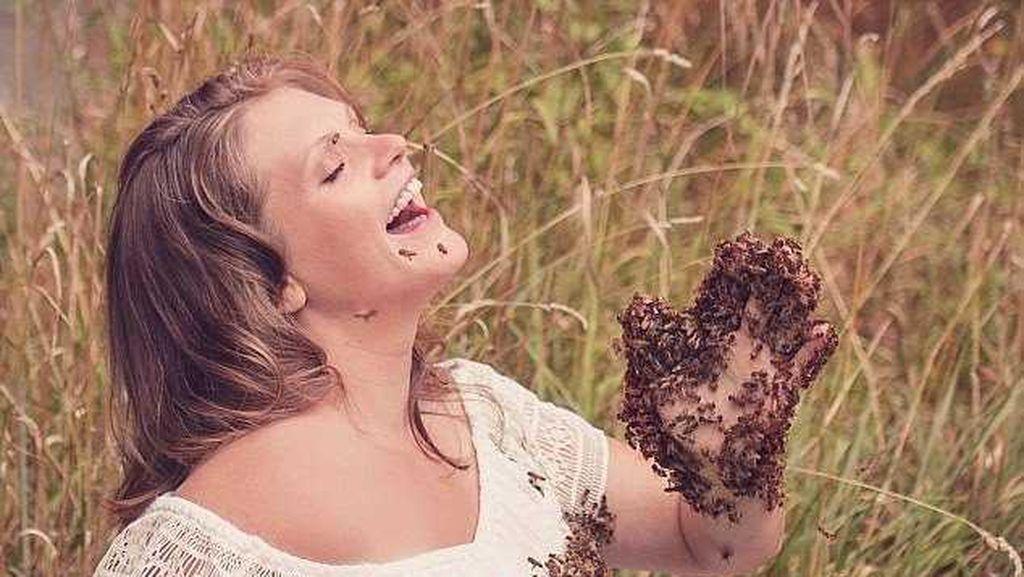Mengerikan, Wanita Ini Foto Hamil Bersama 20 Ribu Lebah