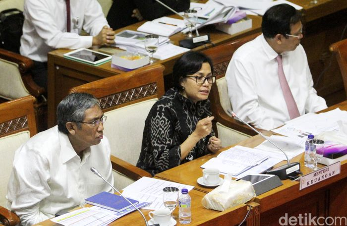 Dari pantauan detikFinance, rapat dimulai pukul 11.08 WIB di ruang rapat komisi XI DPR RI. Hadir Menteri Keuangan RI Sri Mulyani Indrawati dan Wakil Menteri Keuangan RI Mardiasmo.