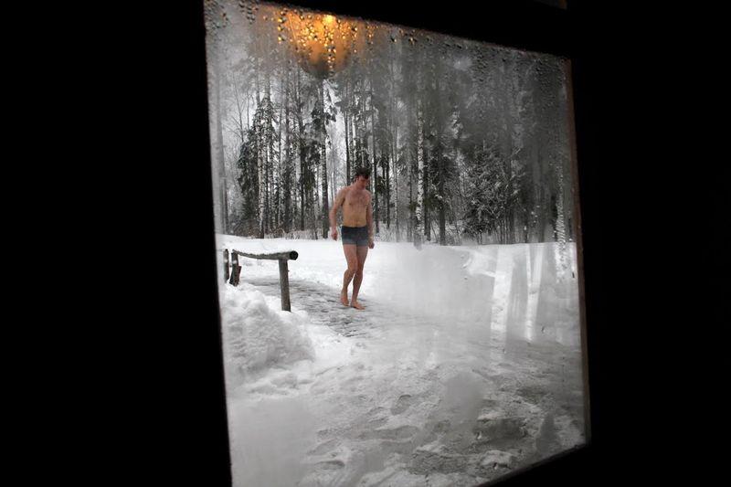 Kompetisi unik bernama Sauna Marathon dilakukan di kota kecih Estonia, Oteepa. Kompetisi ini mengajak para pecinta sauna untuk berlarian di tengah salju dan menikmati sauna (Ints Kalnins/Reuters)