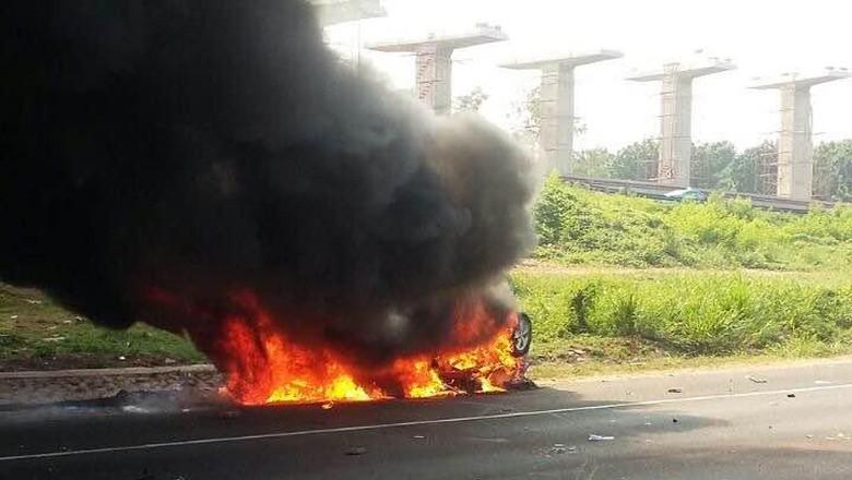 Mobil Terbakar di Tol Jagorawi, 1 Orang Terluka