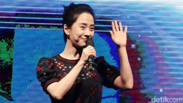 Cantiknya Song Ji Hyo saat Sapa Penggemar di Indonesia