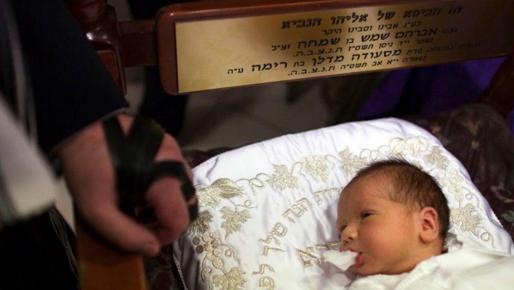 Foto: Ritual Sunat Bayi di Israel