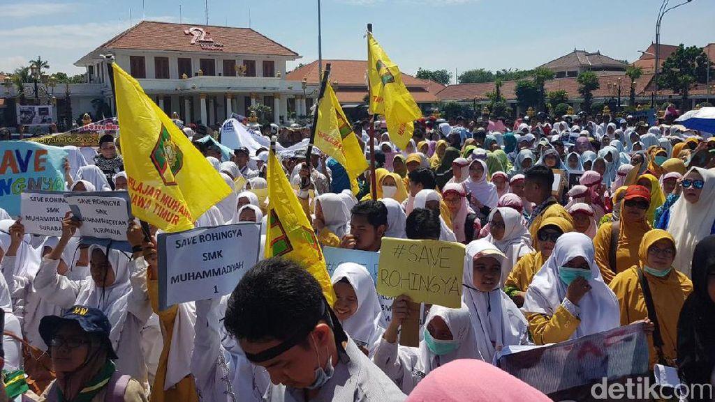 Aksi Simpatik Ribuan Warga di Surabaya untuk Muslim Rohingya