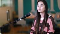 Kini, Jasmine Thompson sudah sah menjadi seorang penyanyi profesional dengan merilis 'Old Friends'. Foto: Asep Syaifullah/detikHOT