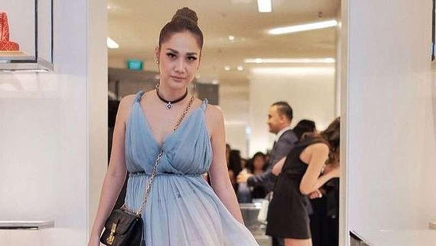 Gaya Bunga Citra Lestari dengan Dress Biru Transparan