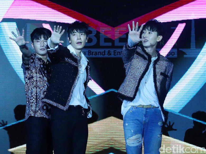Donghae dan Eunhyuk mewakili para member Super Junior lainnya menyapa ELF Indonesia. (Foto: Donghae dan Eunhyuk (Ismail/detikHOT)