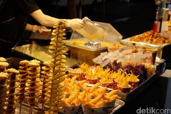 Street food alias jajanan kaki lima seharusnya identik dengan harga ramah kantong. Namun di area wisata Myeongdong, Korea Selatan, meski dijajakan di atas gerobak, harganya setara bintang lima.