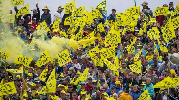 Para fan Valentino Rossi mengibarkan bendera kuning di Sirkuit Misano untuk menghormati Rossi yang absen karena patah kaki. (