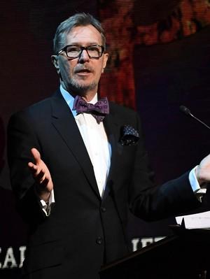 Jalan Gary Oldman Peroleh Gelar Aktor Paling Top Tahun Ini