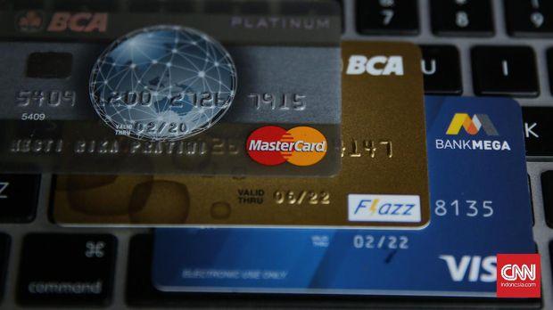 Fasilitas cicilan pada kartu kredit memang sering kali membuat pemilik kartu tergoda membeli barang yang sebenarnya di luar kemampuan jika harus dibayar secara tunai.