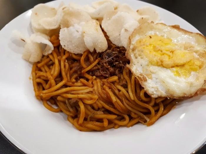Atjeh Connection adalah kafe modern yang suguhkan menu khas Aceh. Salah satu menunya, mie Aceh spesial dengan topping seafood, daging dan telur mata sapi. Foto: dok. detikFood