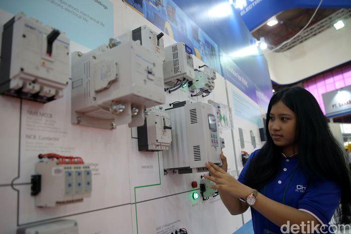 Peserta memperkenalkan produknya di Pameran Electric, Power & Renewable Indonesia 2017.