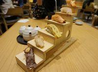 Sushi moriawase yang bertingkat.