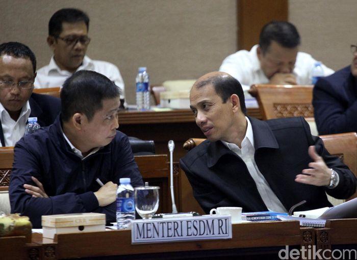 Dalam rapat ini, Jonan didampingi oleh Wakil Menteri ESDM Arcandra Tahar, jajaran eselon I Kementerian ESDM, dan direksi PT Pertamina (Persero).