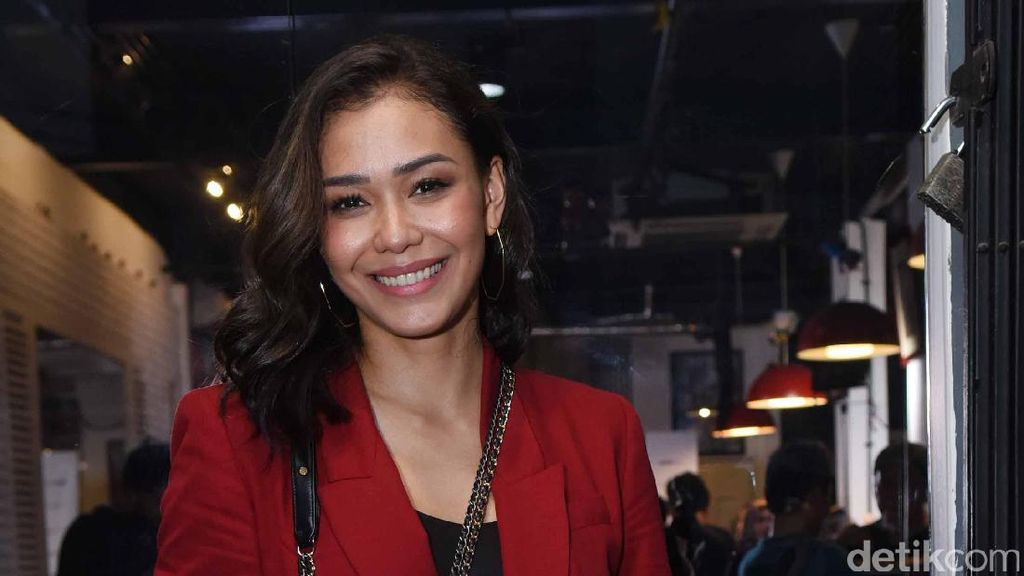 Selamat! Adinia Wirasti Dinobatkan Aktris Terbaik Asian Academy Creative Awards