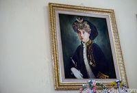Mahkota yang tampak berambut panjang saat dikenakan Sultan Ternate sebelumnya (Wahyu/detikTravel)