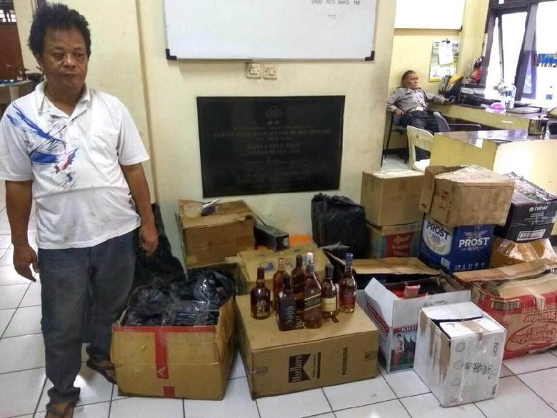 Polisi Gerebek Rumah Pembuat Miras Impor Palsu di Cipayung