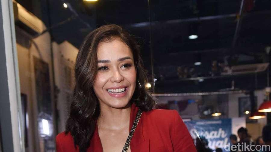 Senyum Manis Adinia Wirasti