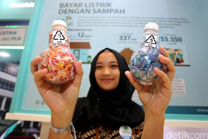 Bank Sampah PLN yang sudah dijalankan sejak 2011 ini memiliki berbagai program unggulan, seperti Bayar Listrik dengan Sampah. Program unggulan ini sudah tersebar di lebih dari 1.000 bank sampah di Indonesia.