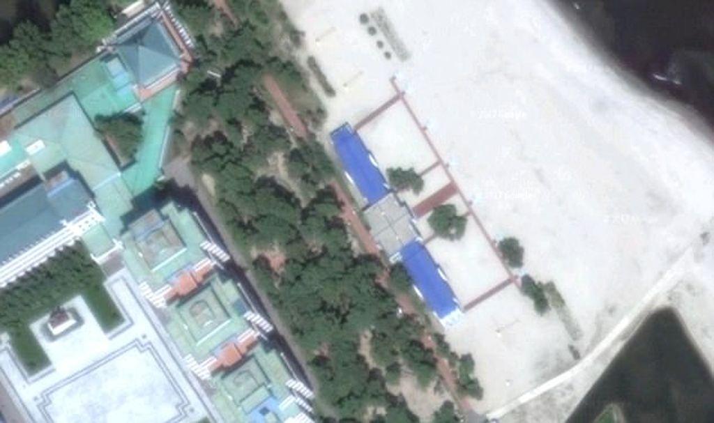 Ada rumah besar dan lapangan bola voli. Konon disinilah dulu teman Kim Jong Un yakni pebasket terkenal Dennis Rodman dijamu. Foto: Mirror