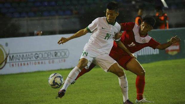 Feby Eka Putra mencetak gol perdana lewat tembakan jarak jauh ke gawang Filipina.