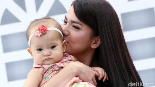 Cantiknya Alice Norin dan Baby Alita