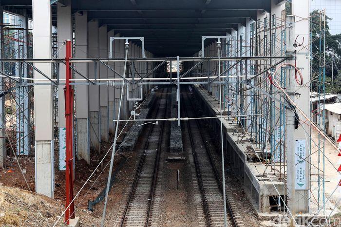 Pembangunan di stasiun masih berlangsung.