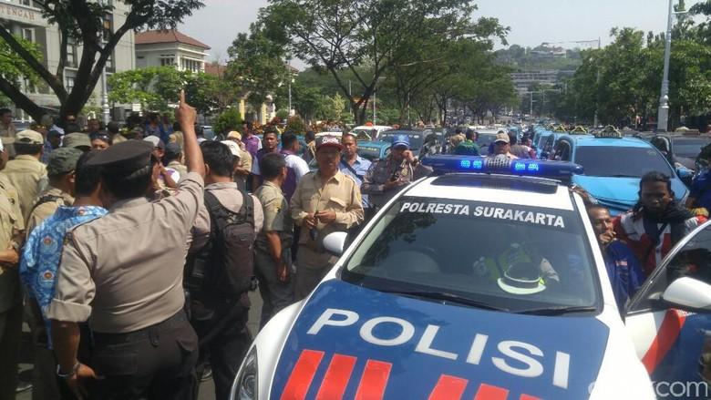 Massa Aksi Sopir Taksi di Semarang Hadang Mobil, Polisi Turun Tangan