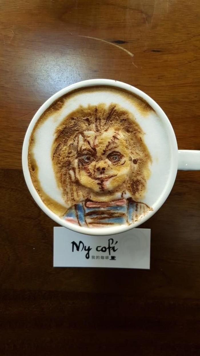 My Cofi di Kaohsuing, Taiwan terkenal dengan kreasi latte art unik-nya. Salah satu yang fenomenal adalah boneka Chucky ini. Warna baju hingga goresan luka di wajah Chucky tergambar jelas. Foto: My Cofi