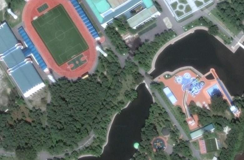 Kim Jong Un disebut-sebut memilliki gaya hidup mewah dan punya resort dengan fasilitas mewah seperti terpantau dari gambar satelit ini. Ada lapangan sepakbola, taman bermain dan berbagai fasilitas hiburan lainnya. Foto: Mirror
