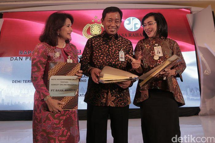 Direktur Kelembagaan Bank Mandiri Kartini Sally, Direktur Institution BRI Sis Apik Wijayanto, dan Direktur Kelembagaan BNI Adi Susilowati usai melakukan penandatanganan MoU tentang e-Samsat, Kamis (7/9/2017).