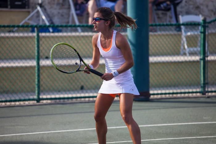 Sehari-harinya, Brittany membutuhkan bantuan untuk menguncir rambut hingga mengikat tali sepatu. Namun begitu ia masuk ke lapangan tenis, Brittany berubah menjadi seorang atlet tenis yang handal. Foto: BrittanyTagliareni.com
