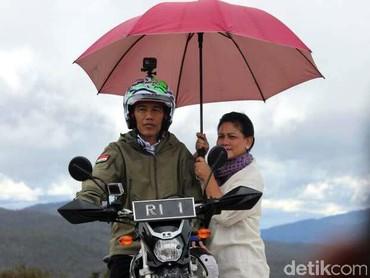 Salah satu hobiJokowi adalah mengendarai sepeda motor. Dalam potret ini, Iriana tampak begitu setia menemani Jokowi ketika menyalurkan hobinya. (Foto: istimewa)