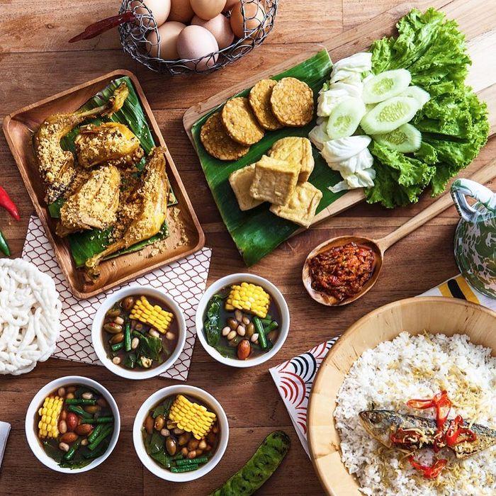 Enaknya Makan Siang Ramai Ramai Menyantap Nasi Liwet Sundaan Di Sini
