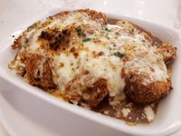 Nosh: Menikmati <i>Baked Curry Omurice</i> dan <i>Buttermilk Fried Chicken</i> di Kafe Nuansa Putih