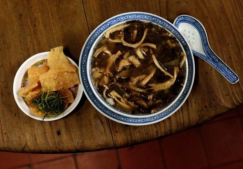 Sup ular dapat traveler temukan di Jalan Sheung Wan Jubilee no 13, Hong Kong. Ini jadi kuliner ekstrem di sana! (Bobby Yip/Reuters)
