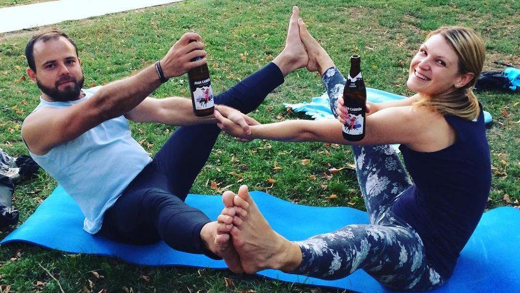 Foto: Beer Yoga, Tren Unik Padukan Gerakan Yoga dan Miras
