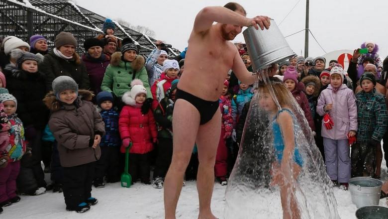Winter swimming alia ice bucket challenge (Ilya Naymushin/Reuters)