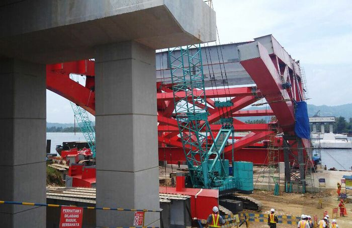 Dalam rangka memenuhi spesifikasi mutu jembatan, material pembangunan jembatan ini sebagian didatangkan dari Bitung seperti batu pecah. (Kementerian PUPR).