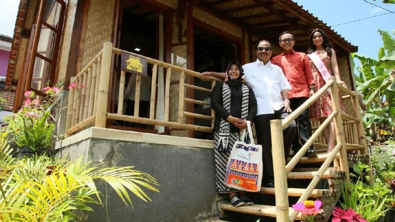 Ilustrasi Menpar Arief di depan homestay Banyuwangi (Ardian/detikTravel)