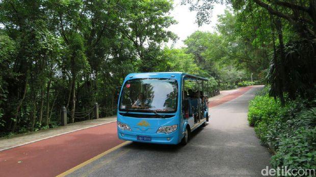 Mobil listrik yang akan mengantar wisatawan berkeliling Taman Qingxiu