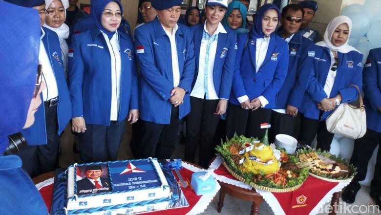 Melihat Sylviana Murni Ziarah di Kalibata dengan Jas Biru PD