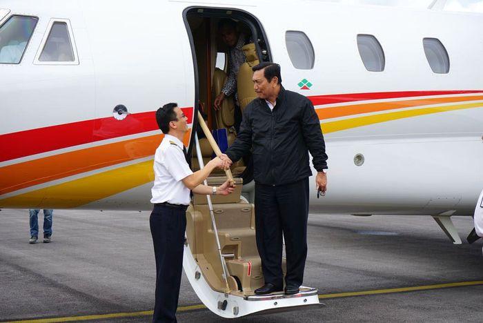 Luhut turun dari jet pribadi saat tiba di Bandara Silangit. (Kemenko Kemaritiman).