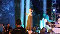 Andien membuka penampilannya di Soundrenaline 2017 dengan alunan musik Jawa. (Dicky/detikHOT)