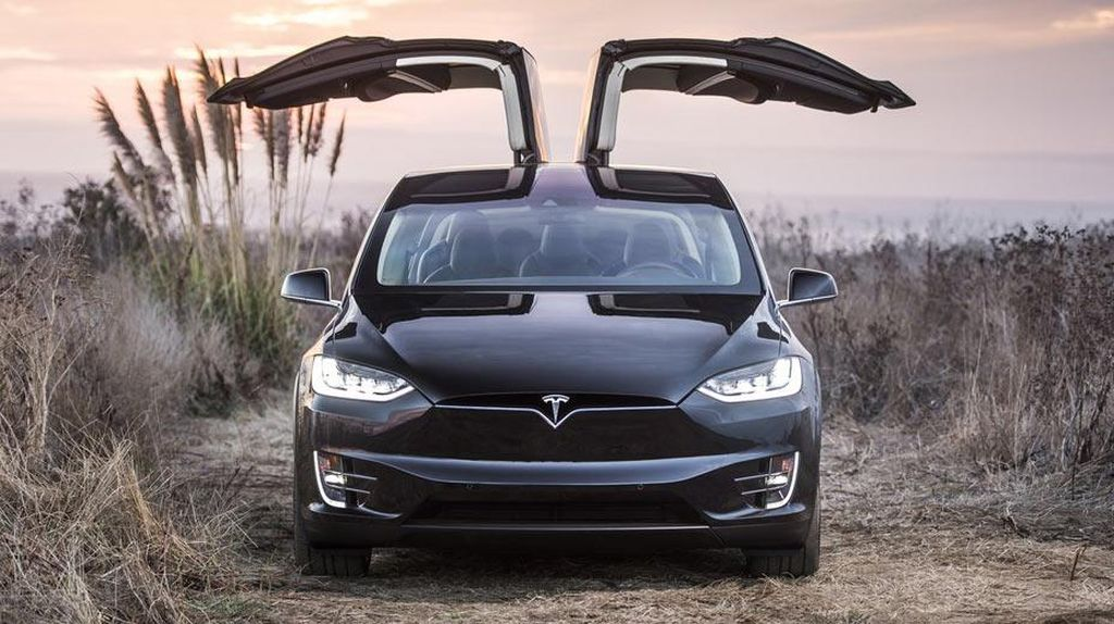 Keren Banget, Sekolah Nyetir Ini Belajarnya Pakai Tesla sampai Bentley