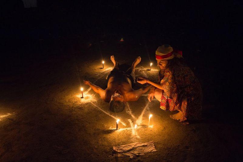 Terdapat ritual di masyarakat Venezuela, mereka percaya ritual ini bsa menyembuhkan rasa sakit dan beragam penyakit (Marco Bello/Reuters)