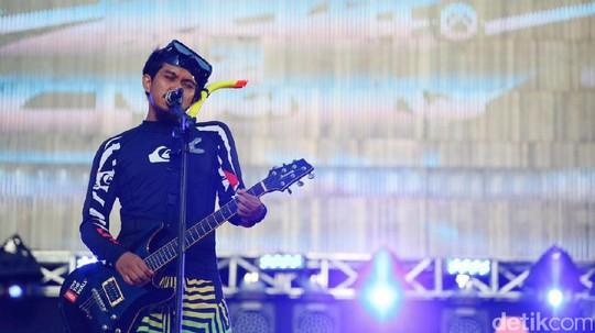 Uniknya Aksi Panggung Rocket Rockers Pakai Baju Selam di Soundrenaline 2017
